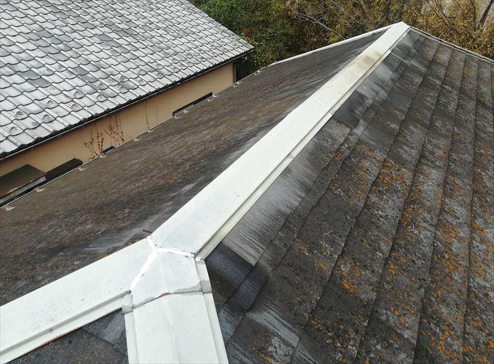 風により棟板金が飛ばされた