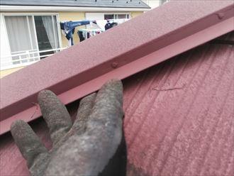 棟板金とスレートの間にある隙間に指が入ってしまうほど棟板金がい浮いた状態