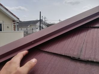 スレート屋根の棟板金に不具合起こっておりました