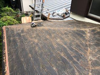 既存のスレートが無くなったら屋根面を清掃します