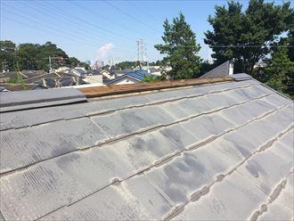 棟板金が無くなっているスレート屋根の棟