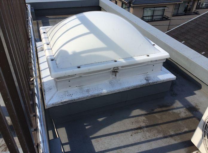 陸屋根に使用されるドーム型トップライトの雨漏り点検
