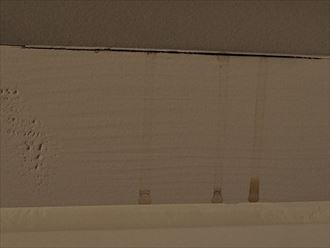 天窓の枠の隙間に雨漏りの形跡