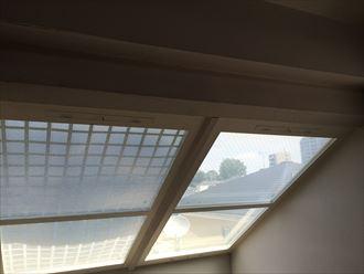 室内側雨漏り地点の真上には天窓がありました