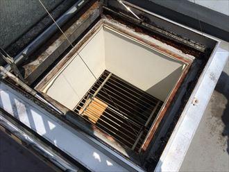 建物外部からドーム型トップライトの雨漏り点検