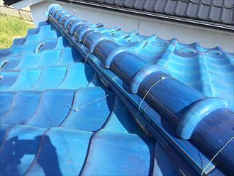 瓦屋根の棟瓦を束ねている銅線が切れている