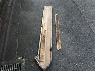 飛ばされてしまった屋根の棟板金の裏側には貫板もありました