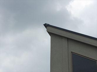 片流れ屋根の棟板金が捲れていいるようだ