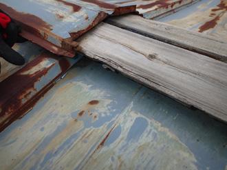 秦野市柳町 棟板金が外れの貫板も劣化している