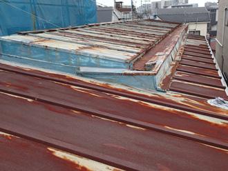 秦野市柳町 錆びている縦葺き屋根