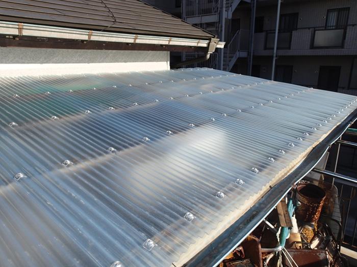 小田原市飯田岡のベランダ屋根(波板)が強風で壊れたので交換工事を実施