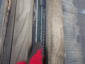 三浦郡葉山町堀内 棟板金が外れてスレートの隙間が見えている