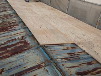 秦野市柳町 屋根カバー工法 野地板設置