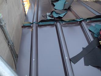 秦野市柳町にて劣化した縦葺き屋根をカバールーフ455を使って屋根カバー工法