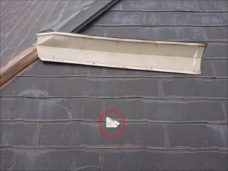 捲れて残っている棟板金もありますが、化粧スレートも欠けてしまって屋根に落ちている