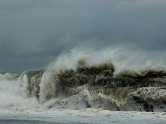 台風で大荒れの海