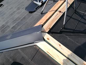 貫板と棟板金の設置