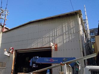 三浦市初声町高円坊 波板スレート交換 クレーン車で屋根材を屋根に運ぶ