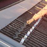 三浦市初声町高円坊にて工場の波板スレート亀裂からの雨漏りを屋根カバー工法にて対応