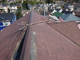 寒川町倉見では台風15号の影響でテレビ用アンテナが倒壊したと同時に棟板金と化粧スレートが破損してしまいました
