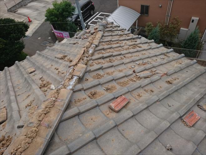 屋根のそこらかしこに泥や瓦が散乱
