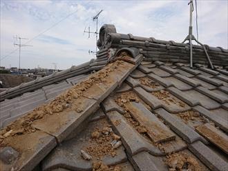 座間市立野台にて強風の影響で隅棟が倒壊し脇の道路に瓦が落下する寸前でした