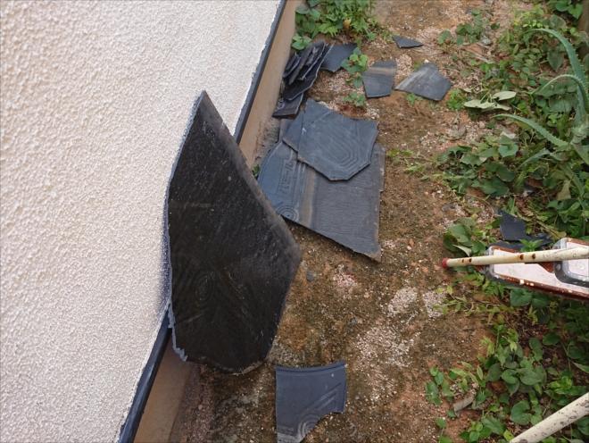 鎌倉市関谷にて強風により化粧スレートが庭先に落下、よく見ると塗装が無駄になってしまうニチハのパミールでした