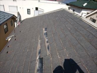 屋根の真ん中ほどから屋根材が落下していたようです