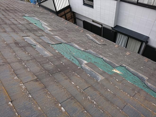雪止めにかろうじてひっかかりまだ屋根に残っているものもあります