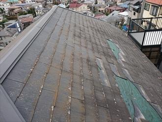 なんとか屋根にあがると、下葺きが見えてしまっている状態