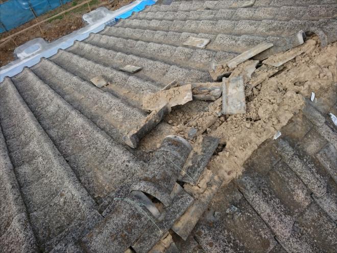 棟瓦の一部が台風の影響で倒壊しています