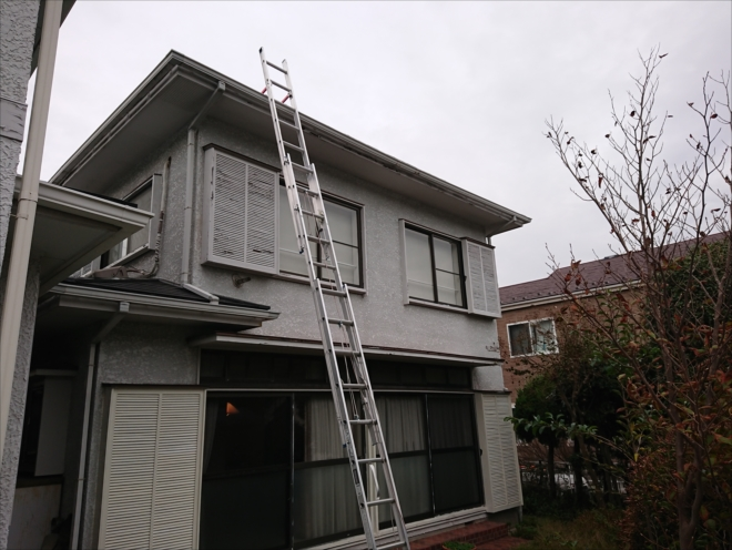 三連梯子を使い屋根に上がります