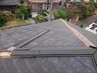 寄棟屋根の隅棟部分が大きく被害を受けています