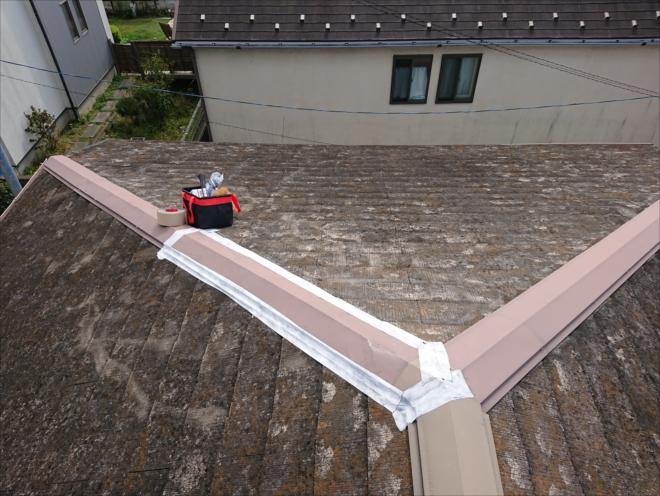 落ちていた板金を屋根に上げて固定後、防水テープで養生