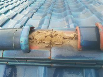 棟瓦の一番に上にある冠瓦が置いてあるだけの状態で落下寸前です