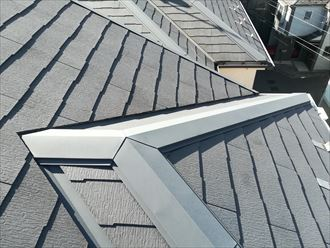 スレート屋根の棟板金を点検