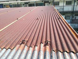 寒川町小谷の工場屋根に葺かれた金属屋根は、錆びが著しく欠けておりました