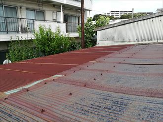 金属製の波板は表面が劣化して錆びがかなり進行している状態