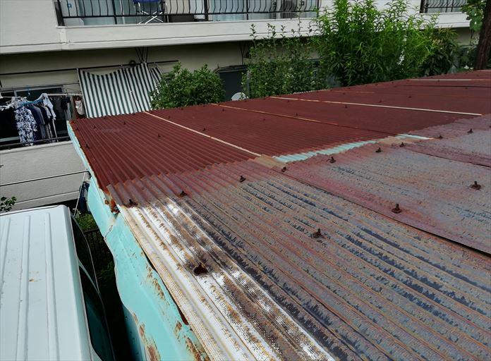 工場の屋根に使用されている金属製の波板
