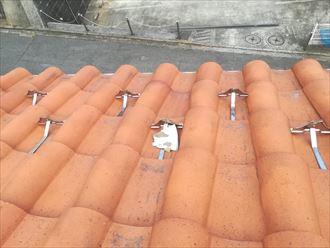瓦屋根の上に白い物体があるときはメンテナンスの目安