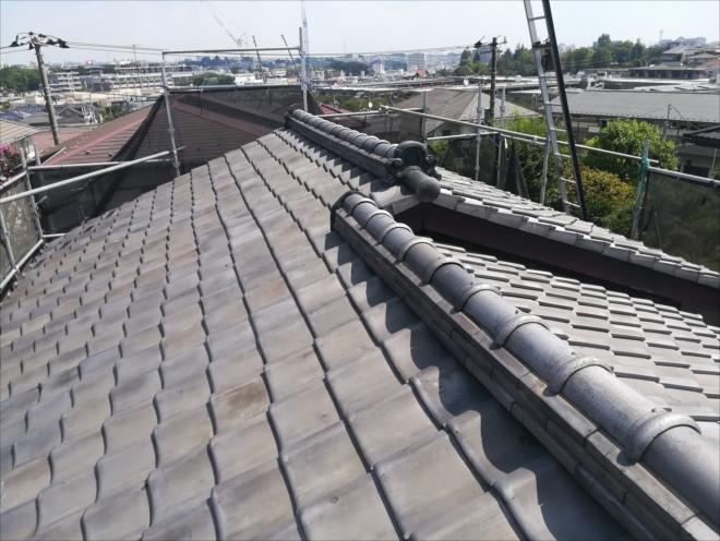 横浜市青葉区あざみ野にて棟瓦取り直し工事で瓦屋根の歪んだ棟を整えました