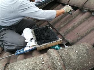 川崎市麻生区高石にて洋瓦の棟の漆喰(しっくい)詰め直し工事の様子