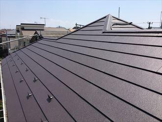 藤沢市大庭でソーラーパネルを脱着しながら、スーパーガルテクト(Sシェイドブラウン)を使用した屋根カバー工事