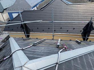 屋根カバー工事のためにソーラーパネルのブラケットを取り外し
