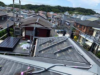 屋根カバー工事でソーラーパネルのブラケットを取り外し