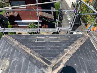 屋根カバー工事のために既存の棟板金と貫板を撤去します
