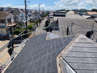 屋根カバー工事のために既存の棟板金と貫板を撤去