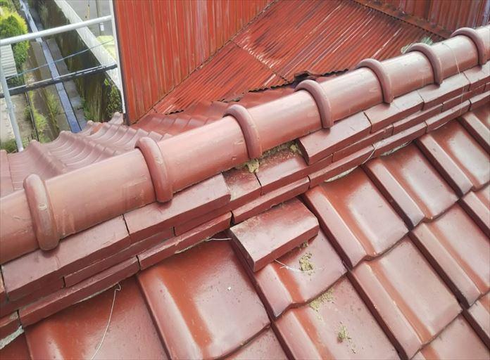 瓦の抜けてしまった瓦屋根の棟