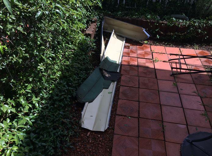 落下してきた屋根の棟板金