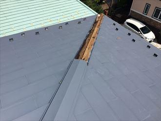 大和市鶴間で落下した屋根の棟板金は、強風が原因で破損してしまいました